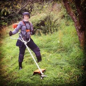Флор Янсен с газонокосилкой (триммером), фото