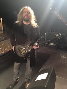 Трой Донокли с гитарой, фото